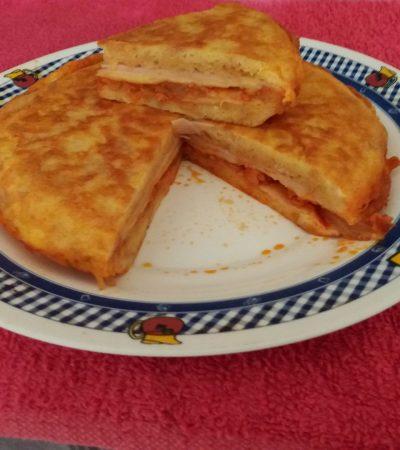 Tortilla de pan duro rellena de jamón, queso, sobrasada y cebolla