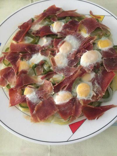 Huevos de codorniz con patatas y jamón